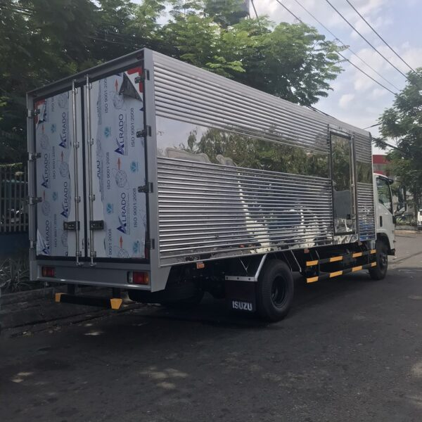 xe tai isuzu 5 tan thung kin 6m1 nqrm 550 ms